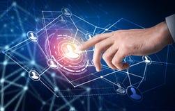 Человеческий пункт руки в центре социальных значков сети стоковое изображение rf