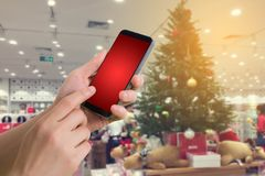 Человеческое владение руки и телефон пустого экрана касания красный умный, таблетка, Стоковое Изображение