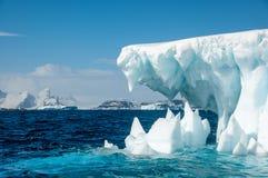 Челюсти льда - айсберга окруженного морем бирюзы, Антарктикой стоковое изображение