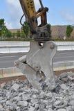 Челюсть конкретным подрыванием гидравлическая на экскаваторе стоковое фото rf
