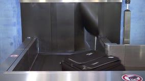 Чемоданы двигают на конвейерную ленту на аэропорте, личных вещах и контроле