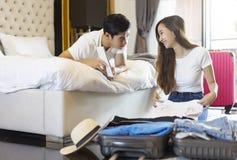Чемоданы упаковки путешественника пар счастья азиатские подготавливая для Стоковое Изображение RF