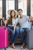 Чемоданы упаковки путешественника пар счастья азиатские подготавливая для Стоковые Фото