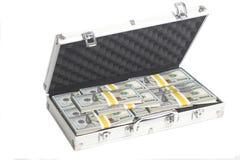 Чемодан вполне 100 долларовых банкнот Стоковые Изображения RF