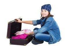 чемодан милой девушки открытый сидя стоковая фотография rf