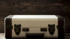 Чемодан старой школы винтажный, бежевые и коричневые цвета, путешествие стиля sepia ретро и фото перемещения стоковая фотография
