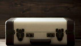 Чемодан старой школы винтажный, бежевые и коричневые цвета, путешествие стиля sepia ретро и фото перемещения стоковые фото