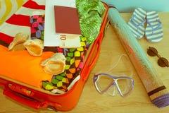 Чемодан с вещами для проводить летние каникулы Превидение рейса Одежды и аксессуары ` s женщин в чемодане Стоковые Изображения