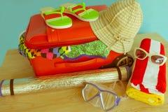 Чемодан с вещами для проводить летние каникулы Превидение рейса Одежды и аксессуары ` s женщин в чемодане Стоковое Изображение