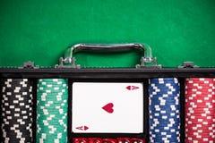 Чемодан с обломоками покера на таблице покера Стоковые Изображения RF