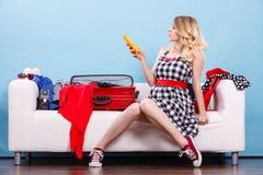 Чемодан упаковки молодой женщины на кресле Стоковое фото RF