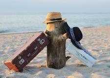 Чемоданы старые и шляпы на stub Стоковое Изображение