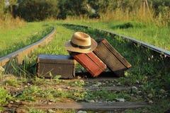 Чемоданы старые на железнодорожных путях Стоковая Фотография RF