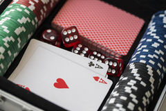 чемодан алюминиевого покера установленный стоковое фото
