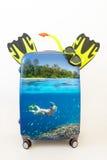 Чемодан багажа с snorkelling в тропических водах внутрь Стоковые Фотографии RF
