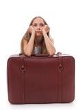 чемодан девушки близкий сидя Стоковое Фото