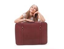 чемодан девушки близкий сидя Стоковое фото RF
