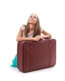 чемодан девушки близкий сидя Стоковое Изображение RF