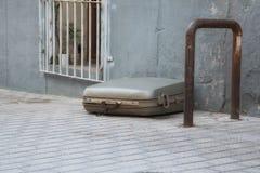Чемодан лежа самостоятельно Стоковая Фотография