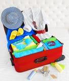 Чемодан, открытая упакованная сумка перемещения праздника, одежды багажа полные стоковое изображение