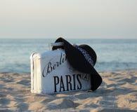 Чемодан старый более бел также черная шляпа Стоковая Фотография