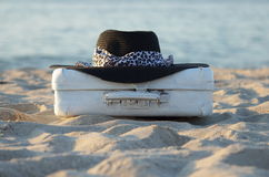 Чемодан старый более бел также черная шляпа Стоковые Изображения RF