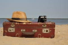 Чемодан старый и шляпа с камерой Стоковое Изображение RF