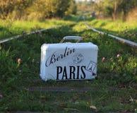 Чемодан старый с надписью БЕРЛИНОМ ПАРИЖЕМ на железнодорожных путях Стоковое Изображение
