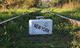 Чемодан старый с надписью НЬЮ-ЙОРКОМ на железнодорожных путях Стоковые Изображения RF