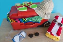 Чемодан с вещами для проводить летние каникулы Превидение рейса Одежды и аксессуары ` s женщин в чемодане Стоковые Фото