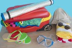Чемодан с вещами для проводить летние каникулы Превидение рейса Одежды и аксессуары ` s женщин в чемодане Стоковые Фотографии RF