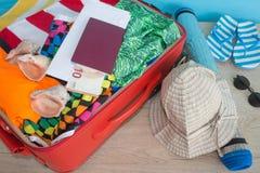 Чемодан с вещами для проводить летние каникулы Превидение рейса Одежды и аксессуары ` s женщин в чемодане Стоковое Фото