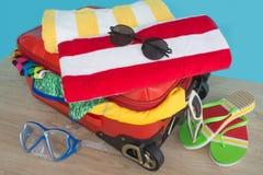Чемодан с вещами для проводить летние каникулы Превидение рейса Women& x27; одежды и аксессуары s в чемодане Стоковое Фото