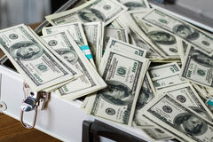 Чемодан с кучей долларов Стоковые Фотографии RF