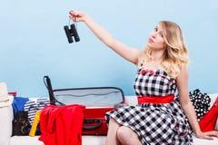 Чемодан упаковки молодой женщины на кресле Стоковая Фотография RF