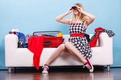 Чемодан упаковки молодой женщины на кресле Стоковая Фотография