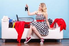 Чемодан упаковки молодой женщины на кресле Стоковые Изображения RF