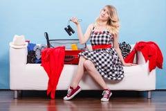 Чемодан упаковки молодой женщины на кресле Стоковые Фотографии RF
