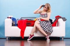 Чемодан упаковки молодой женщины на кресле Стоковое Изображение RF