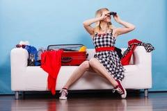 Чемодан упаковки молодой женщины на кресле Стоковое Фото