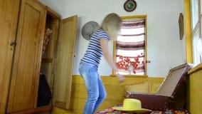 Чемодан шкафа комнаты сток-видео