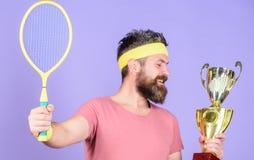 Чемпионат выигрыша теннисиста Ракетка тенниса владением спортсмена и золотой кубок Игра тенниса выигрыша Носка хипстера человека  стоковое изображение