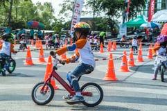 Чемпионат Chiangrai велосипеда баланса флиппера, дети участвует в гонке велосипеда баланса Стоковая Фотография
