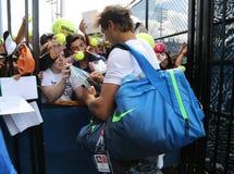 14 чемпионов Рафаэль Nadal грэнд слэм времен автографов подписания Испании после практики для США раскрывает 2015 Стоковая Фотография