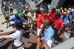 19 чемпионов Роджер Federer грэнд слэм времен Швейцарии идя к стадиону трибуны окруженному вентиляторами тенниса Стоковые Фото
