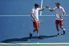Чемпионы Майк и Bob Брайан грэнд слэм Соединенных Штатов в действии во время США раскрывают спичку 2017 круглую 3 двойников ` s л Стоковое Изображение