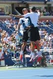 Чемпионы Майк и Bob Брайан грэнд слэм празднуя победу после двойников полуфинала соответствуют на США раскрывают 2014 стоковые изображения rf