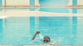 Чемпион вытекает от бассейна акции видеоматериалы