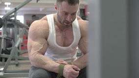 Чемпион заниматься культуризмом ослабляя после трудных тренировок в спортзале сток-видео