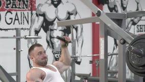 Чемпион мира культуризма делая тренировки для задней части в спортзале медленно акции видеоматериалы